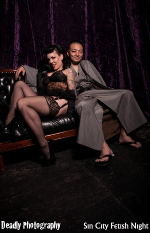 Guest rope master Hajime Kinoko from Tokyo relaxing after his performance, with Evilyn13.